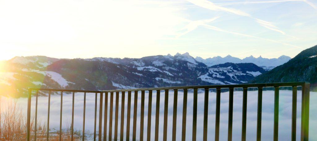Xpress-Geländer Pfostenloses Staketengeländer mit Aussicht auf verschneite Berge, Nebelmeer und Sonnenaufgang