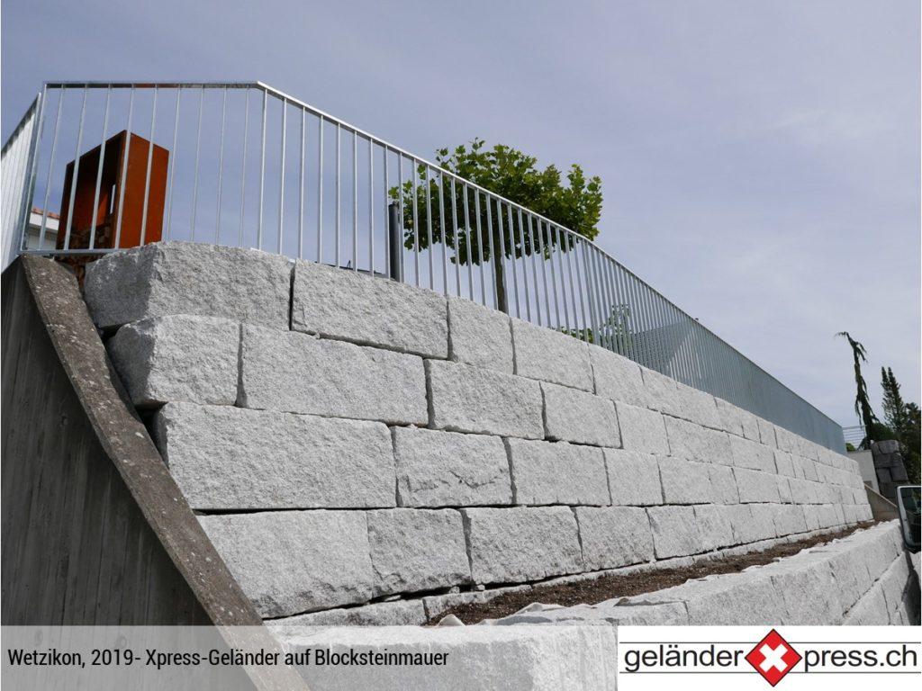 Staketengeländer auf Blocksteinmauer montiert in Wetzikon