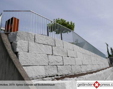 Staketengeländer auf Blocksteinmauer montiert