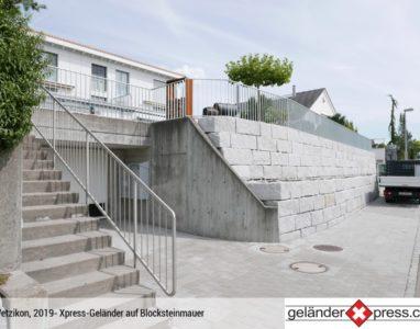 Staketengeländer auf Blocksteinmauer montiert mit Kurve