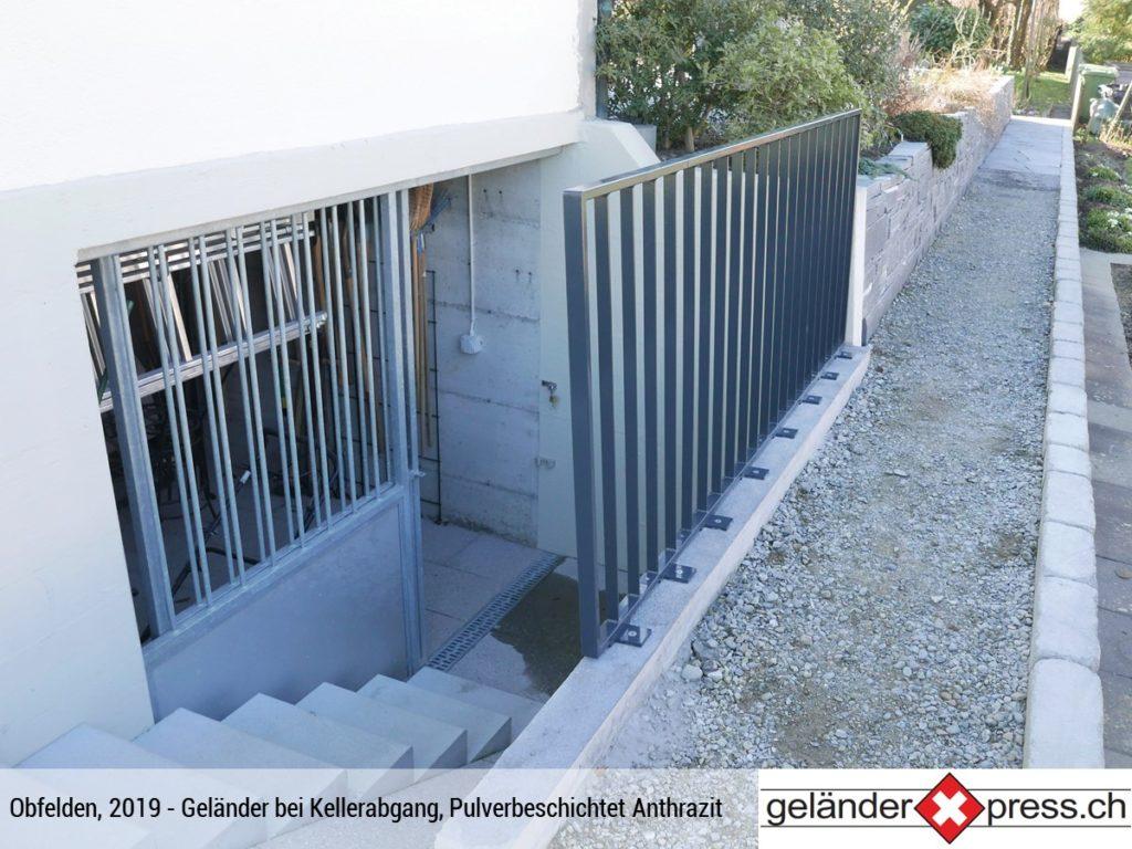 Staketengeländer bei Kellerabgang pulverbeschichtet Anthrazit - Xpress geliefert