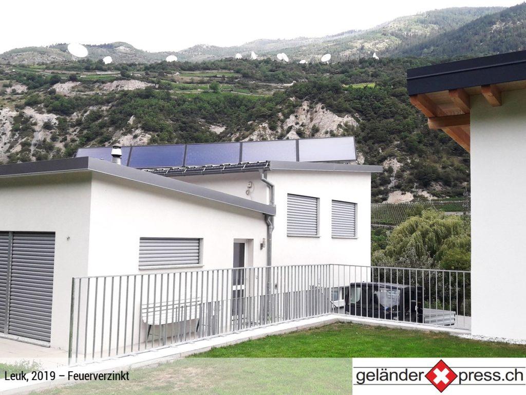 Staketengeländer feuerverzinkt auf Mauer - online Geländer konfigurieren und direkt bestellen