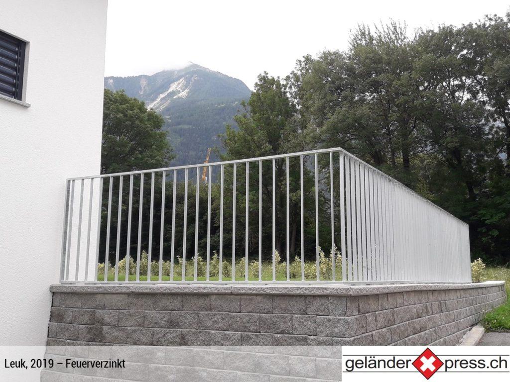 Staketengeländer feuerverzinkt mit Berg im Hintergrund - Staketengeländer in Wallis online bestellen
