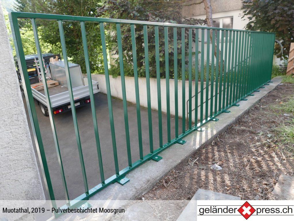 Staketengeländer pulverbeschichtet Moosgrün - online Geländer bestellen in Wunschfarbe
