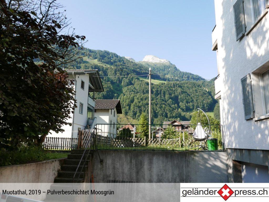 Staketengeländer pulverbeschichtet Moosgrün mit Berg im Hintergrund - online bestellbar