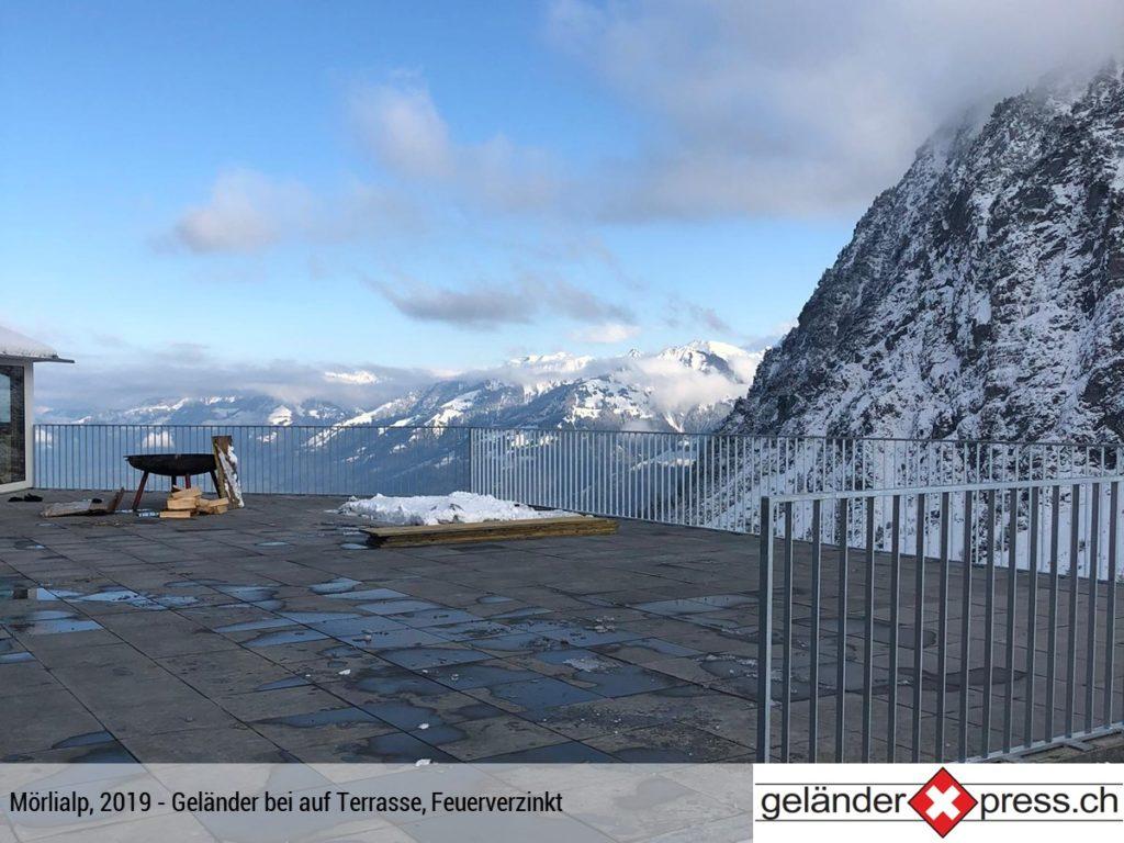 Staketengeländer feuerverzinkt auf Terrasse im Gebirge