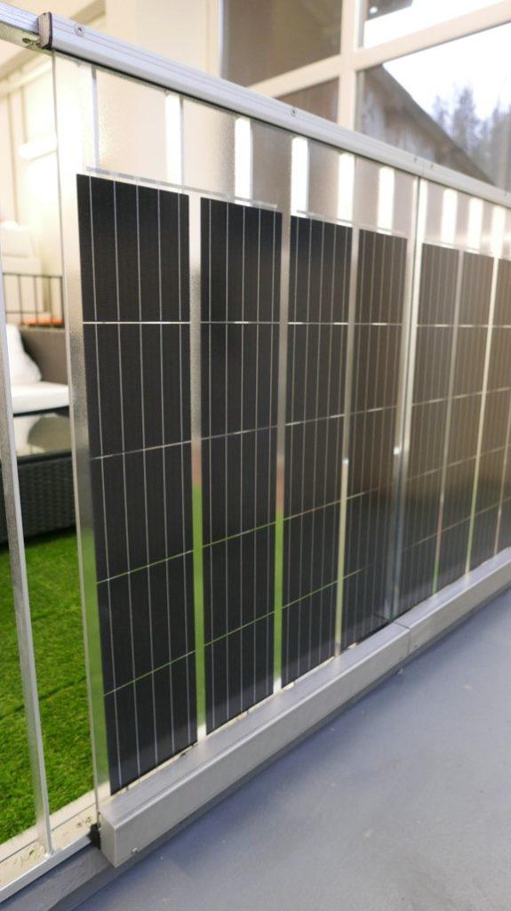 Xpress-Solargeländer - Ansicht von vorne mit Solarmodulen, Kabelkanal und Klammern