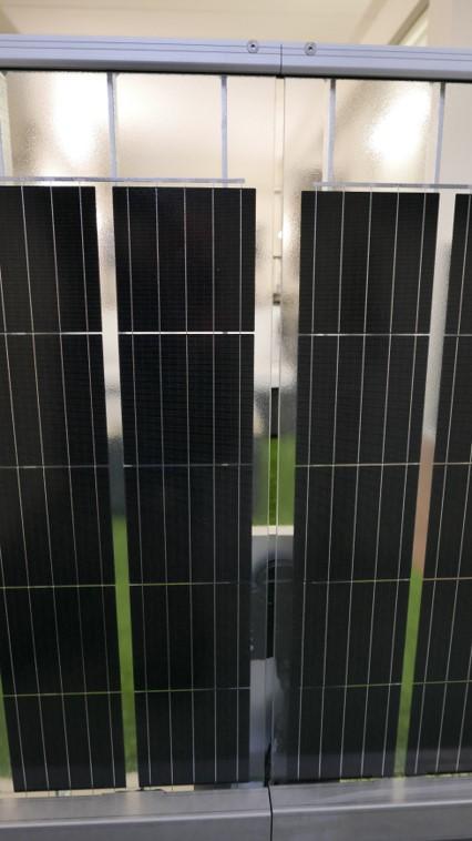 Xpress-Solargeländer - Ansicht von vorne mit Solarmodulen, Kabelkanal und Wechselrichter
