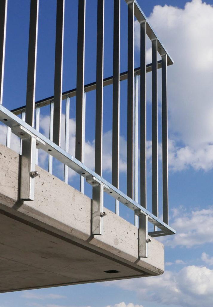 Seitliche Befestigung der Staketengelaender feuerverzinkt an balkon