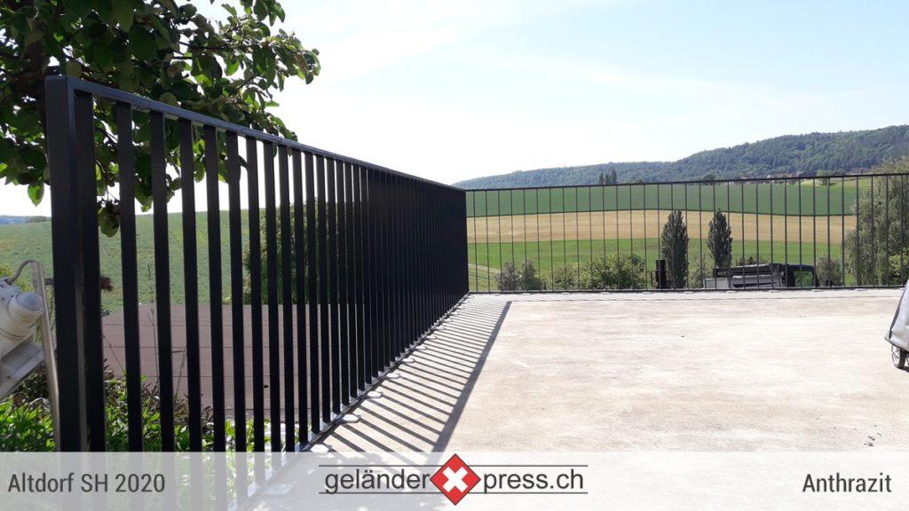 staketengelaender anthrazit mit verzinkten fussplatten, sicht auf gruene huegel